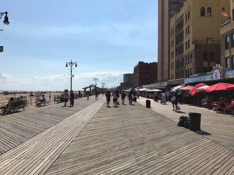 Eva Munnik viert haar vakantie in New York (Brighton Beach)