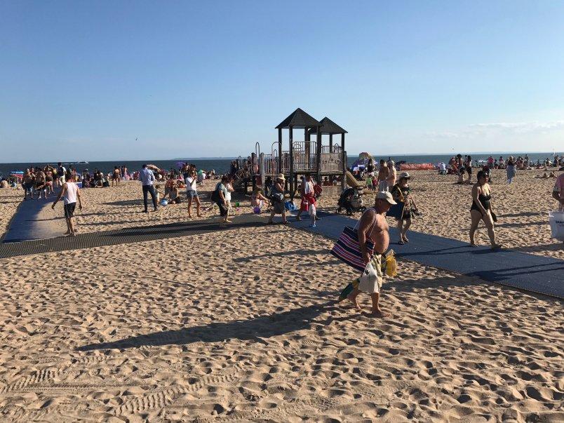 Eva Munnik is op Brighton Beach in New York