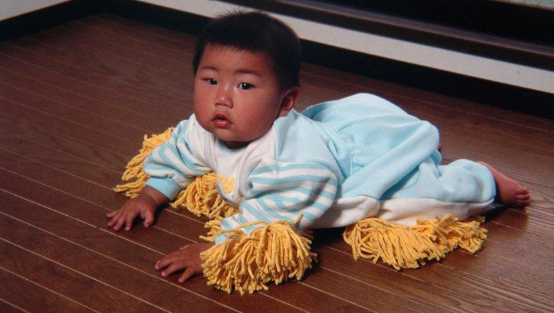 Laat je baby de grond dweilen