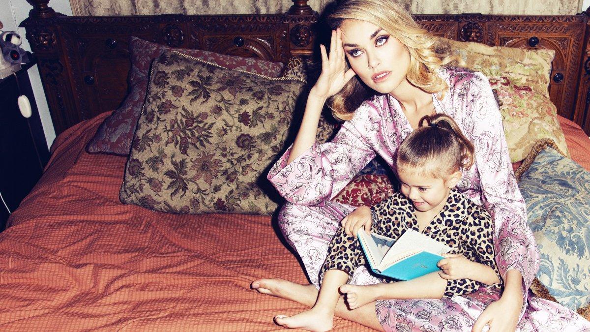 mama, kinderen, tv kijken, schermtijd, scherm, telefoon